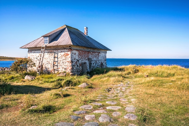 白海のザヤツキー島にある石造りの家と木製の階段