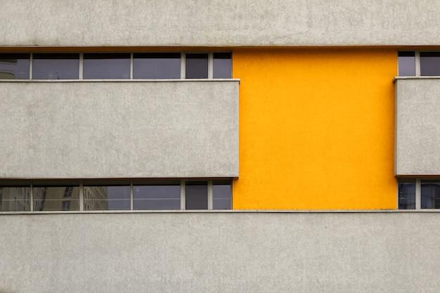 クローズアップで、碑文のための黄色の挿入物と石造りの家