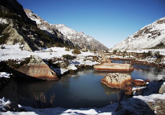 Камень в синем ручье для горы кордильеры