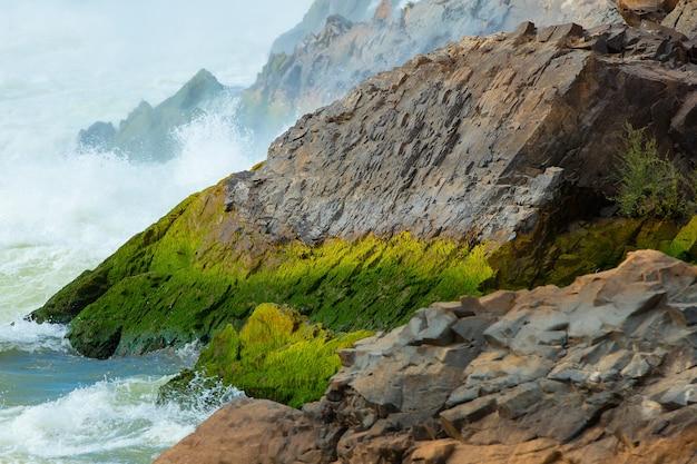 ラオスの滝の石。