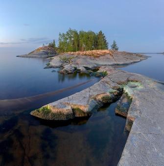 湖の石の島