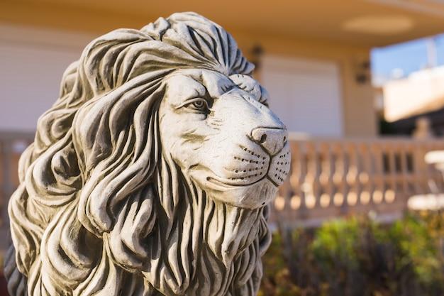 돌 사자 동상. 받침대에 사자의 대리석 조각.