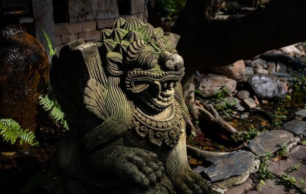 Каменная статуя льва на бали