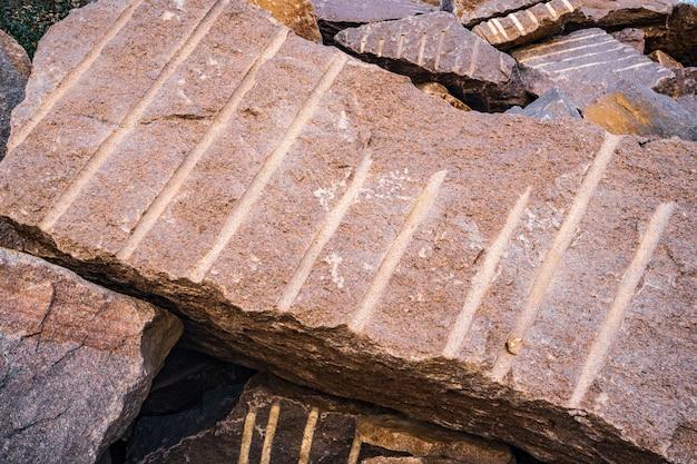 古い浸水した石切り場の近くの石材
