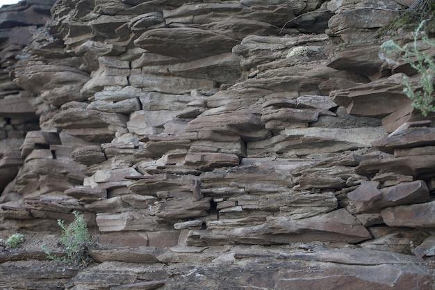 茶色の天然スレートで作られた石の山