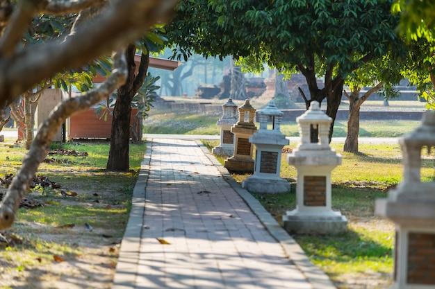 緑のサマーパークの石の小道
