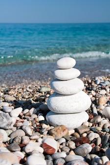 해변에 돌 피라미드