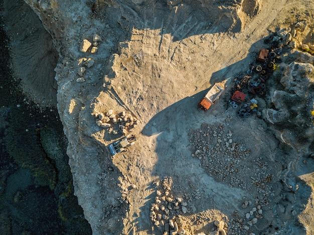 石切り場空中。石造りのqaurryで働く重機。