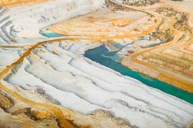 Каменный карьер панорамный вид. добыча руды