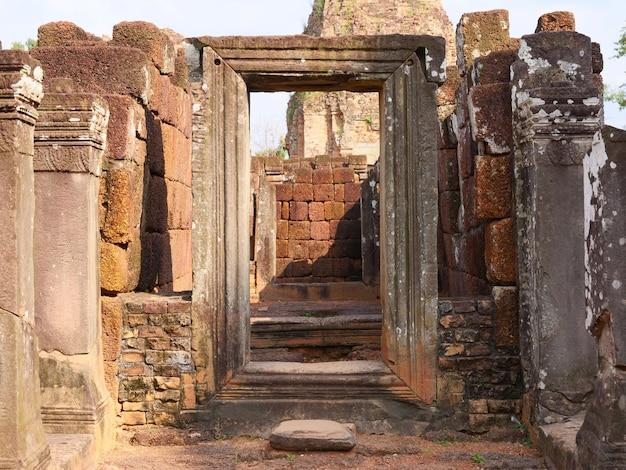 Каменная дверная рама утеса в руинах архитектуры древнего буддийского кхмерского храма пре руп в комплексе ангкор-ват, сием рип, камбоджа.