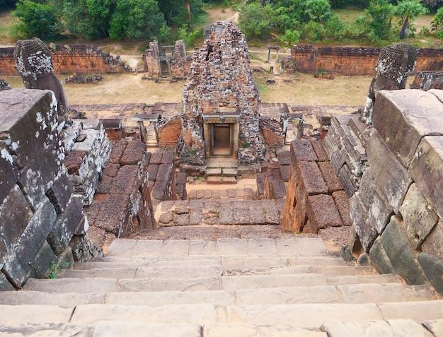Каменная каменная лестница на руинах архитектуры древнего буддийского кхмерского храма пре руп в комплексе ангкор-ват, сием рип, камбоджа.