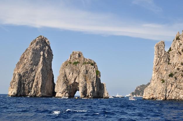 Каменная скала поднимается из воды в море