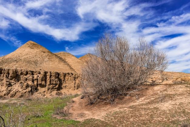 Каменные скалы и зеленые холмы в гористой местности