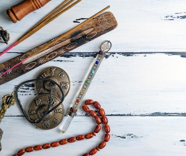 Каменные четки и ароматические палочки