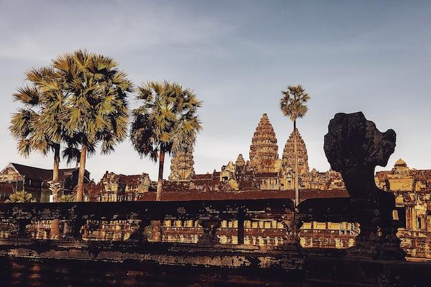 アンコールワット寺院の石造りの遺跡は、最大の宗教的記念碑とユネスコ世界遺産を複合しています。石の壁画や彫刻が施された古代クメール建築。カンボジアのシェムリアップへの素晴らしい旅行