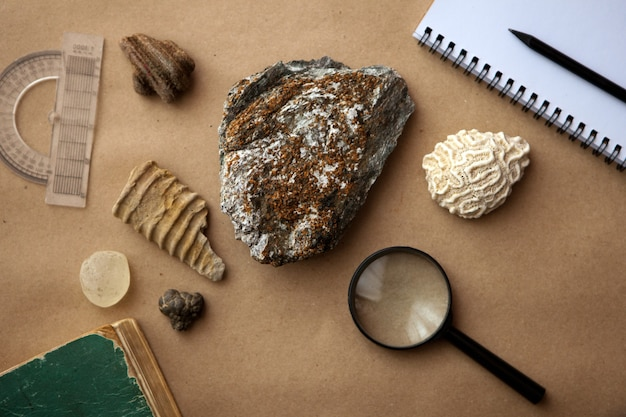 地質学研究所のループとノート付きの石のサンプル。材料と土壌の岩石分析
