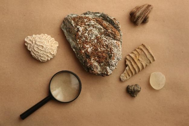 암석 샘플과 루프는 지질 연구소에 평평하게 놓여 있습니다. 지질 암석 연구실. 지질학적 토양 물질, 돌, 광물, 암석 샘플 분석을 위한 연구자 및 학생용 연구실.