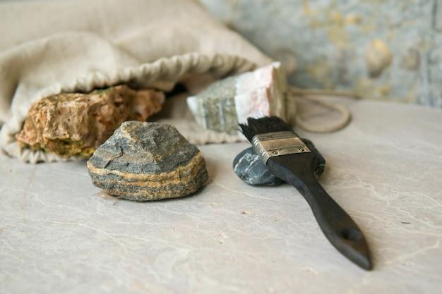 지질 연구소의 석재 샘플. 지질 암석 연구실. 지질학적 토양 물질, 돌, 광물, 암석 샘플 분석을 위한 연구자 및 학생용 연구실. 브러싱 샘플.