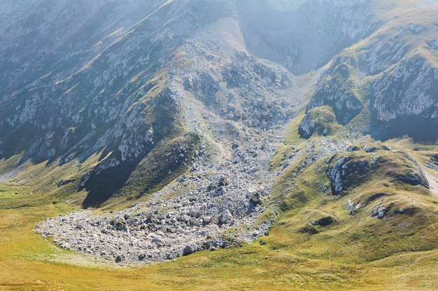 Каменная осыпь - последствия оползня в горах, вид сверху