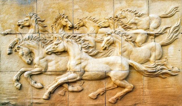 벽에 말의 돌 조각