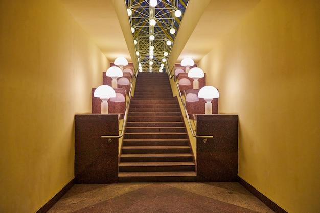 石の階段。照明ランプ付きの花崗岩の階段を登録します。自由、キャリアまたは成功の概念。