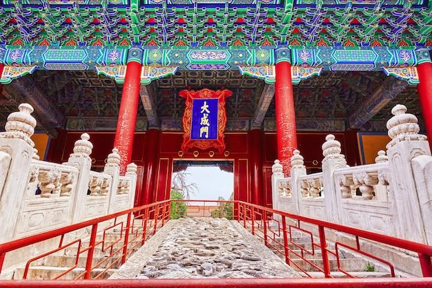 공자의 사원에 있는 용이 있는 돌 계단.