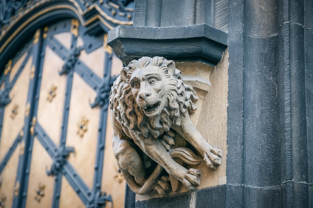 ドイツ、ミュンヘンの新市庁舎の正面にある石像のライオン