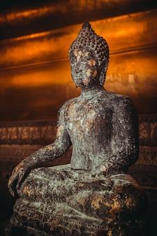 Каменная статуя будды, сидящего в позе лотоса, позолоченная. таиланд, достопримечательность религиозного храма