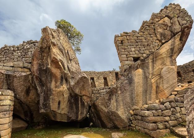 アンデスクスコペルーの古代インカの都市マチュピチュの石のシンボルと遺跡