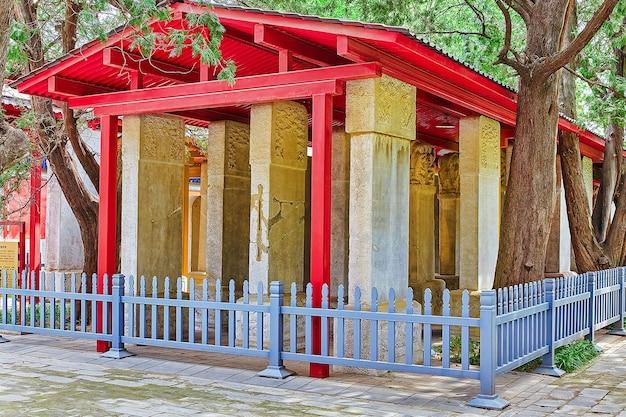 중국에서 두 번째로 큰 공자묘인 베이징 공자묘 내부의 석판. 베이징.