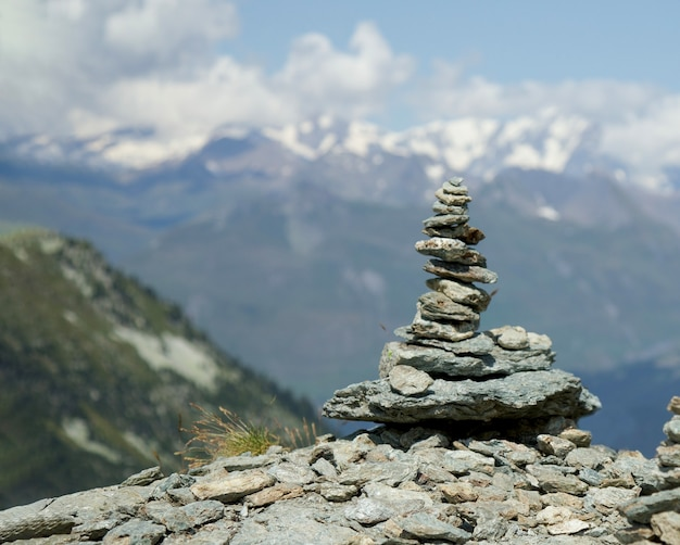 Каменная башня во французских альпах летнее путешествие