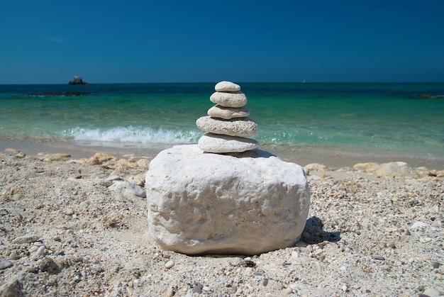 푸른 하늘과 바다 배경으로 돌 탑