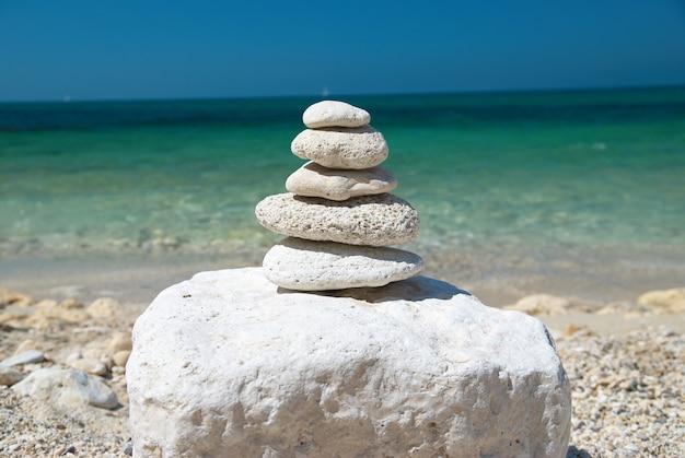 푸른 하늘과 바다가 보이는 석탑