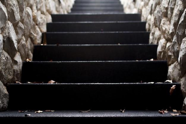 光に上がる石のトンネル階段