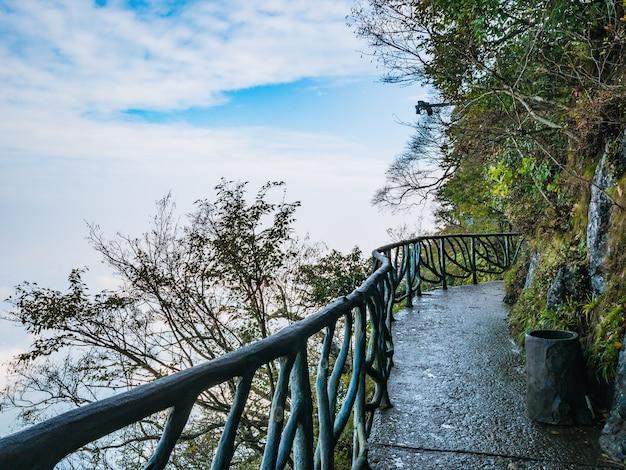 天門山林の石造りの通路バルコニー