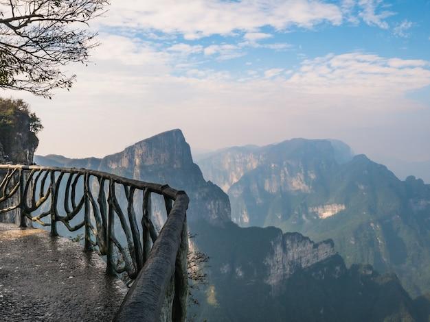 Балкон stone walkway на горе тяньмэнь