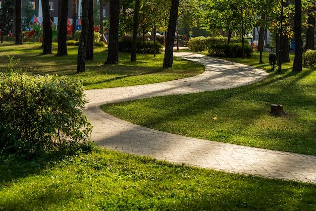 조경 설계로 조경 된 공원의 돌 산책로