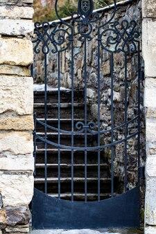 정원으로 들어가는 돌담 입구, 보안 폐쇄된 입구 문.