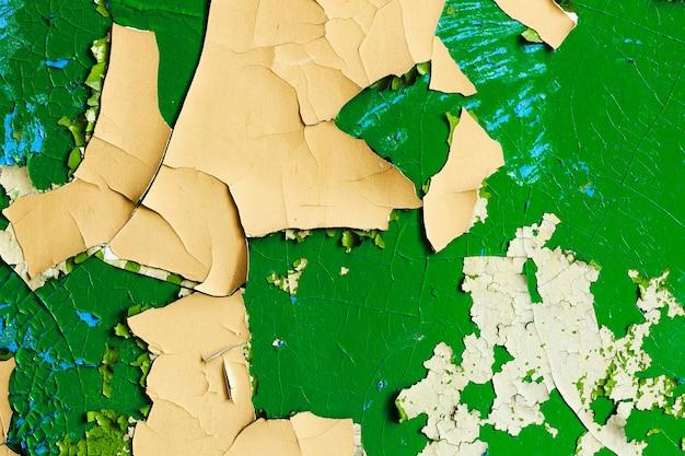 오래 된 노란색과 녹색 페인트와 돌 벽입니다. 고품질 사진