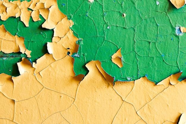 古い黄色と緑のペンキで石の壁。高品質の写真