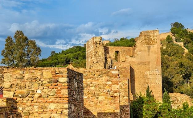 Каменные стены и башни крепости алькасаба в малаге - испания, андалусия.
