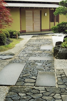 일본 전통 정원에서 집으로 가는 돌길
