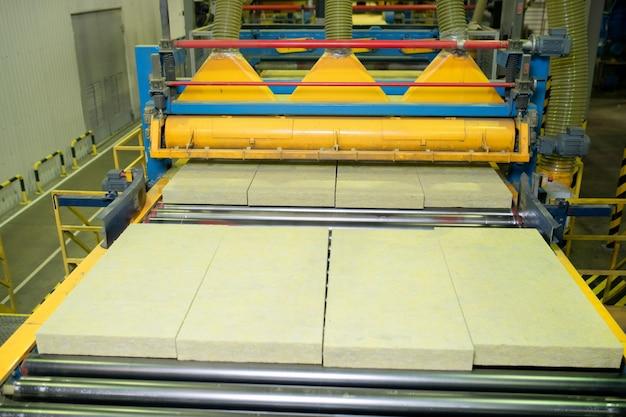 ストーンウールの製造工程:ファクトリーショップでヒートウール素材を切断する縦方向の切断機