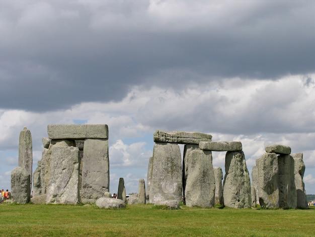 Стоунхендж в уилтшире, великобритания. доисторический памятник, состоит из кольца стоячих камней.