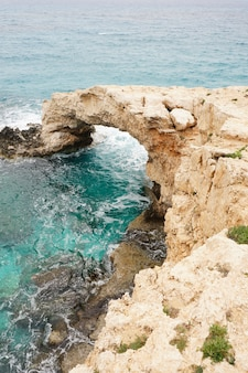 キプロスの海岸の石と丘