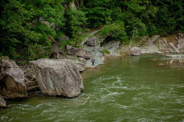 石と小さな滝のある山川