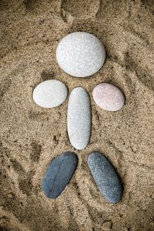 인간의 형태로 돌은 모래에 가까이
