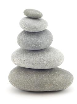 Камни положили друг на друга на белой поверхности