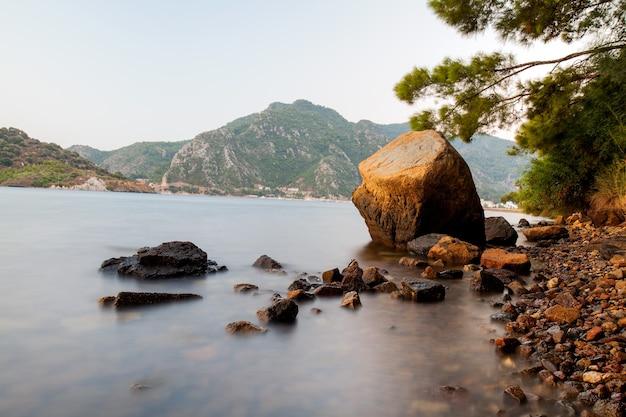 산의 전경을 조망할 수 있는 흐릿한 바다 배경의 돌