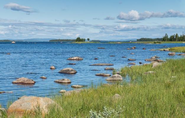 녹색 숲, 스웨덴의 배경에 푸른 호수에 돌